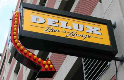 Delux Lounge sign